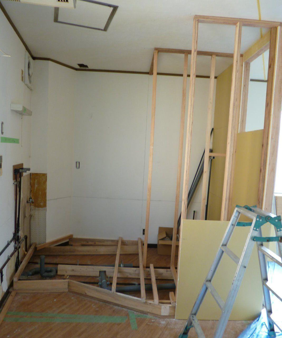 左側に流し、右側にシャワー室を設置予定