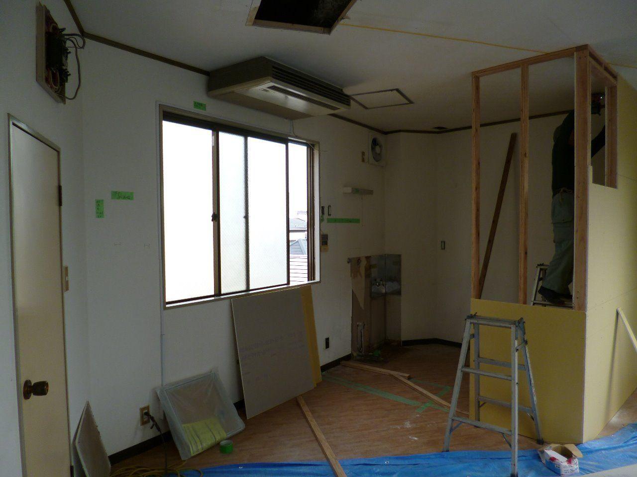 天井に穴を開ける(点検口になる予定)天井付けエアコンも撤去予定