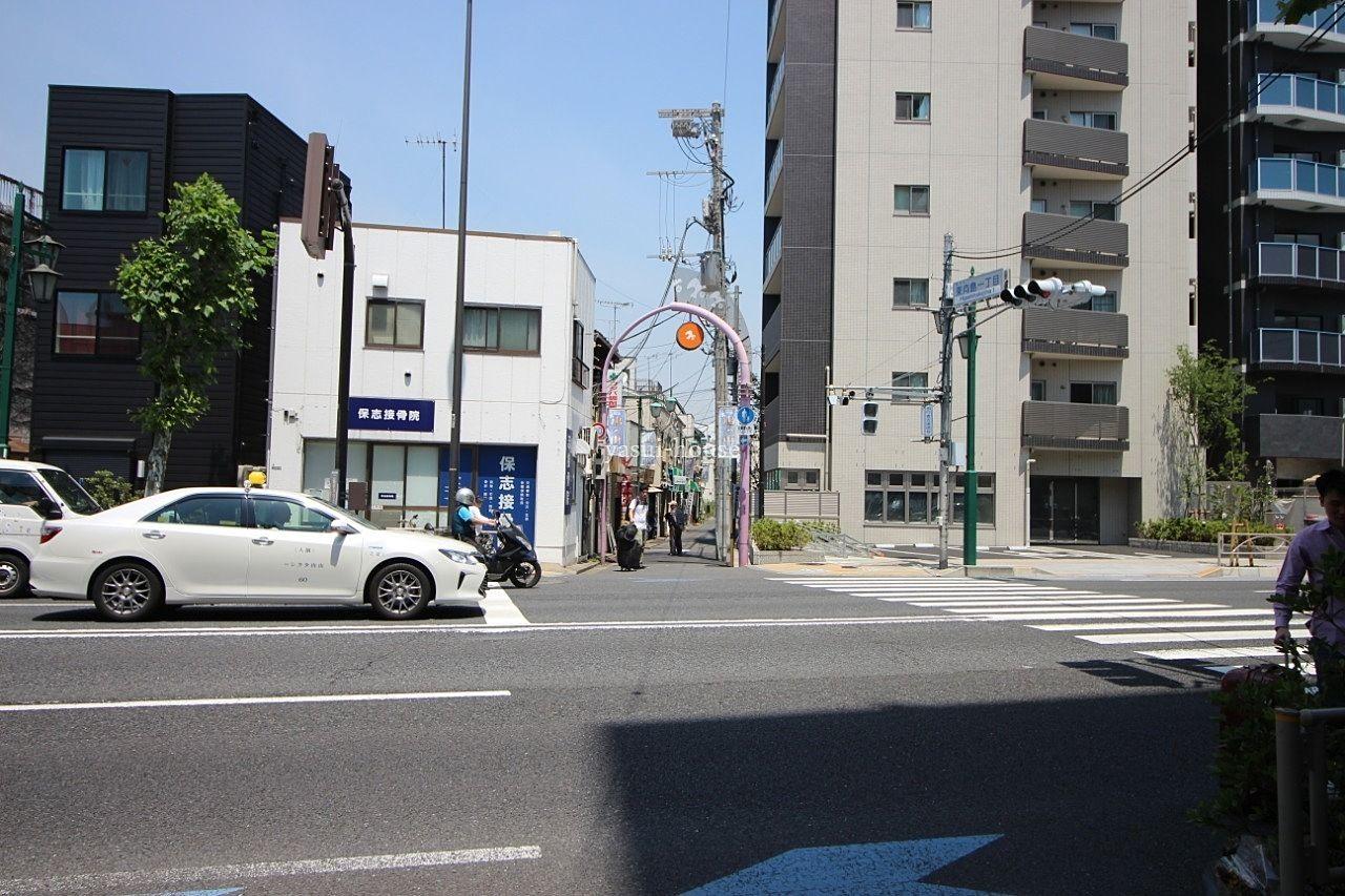 鳩の街通り商店街入口、右側建物1階はローソン