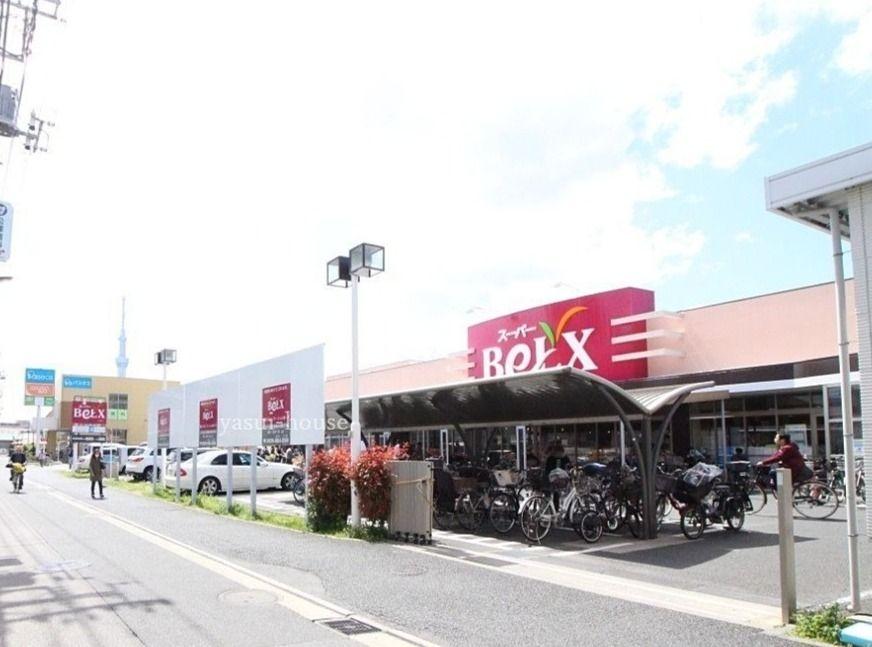 スーパーベルクス墨田店の右側にはドラッグストアがあります
