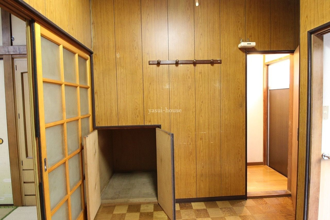 階段下物入と右側ドアは2階に行く階段に