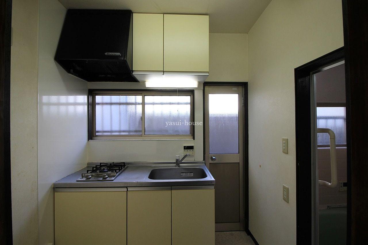 台所 2口ガスコンロ付のシステムキッチンと吊戸