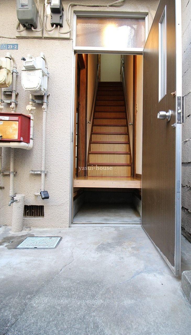 2階に直接行けますし、入って左のドアは1階に通じています
