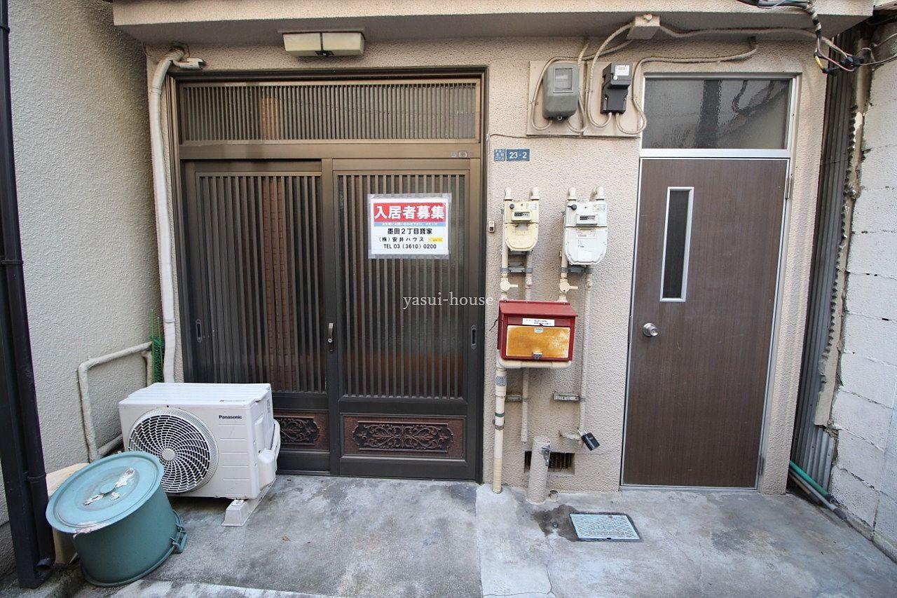 玄関。引違戸とドア。ドアは2階へ直接行けます