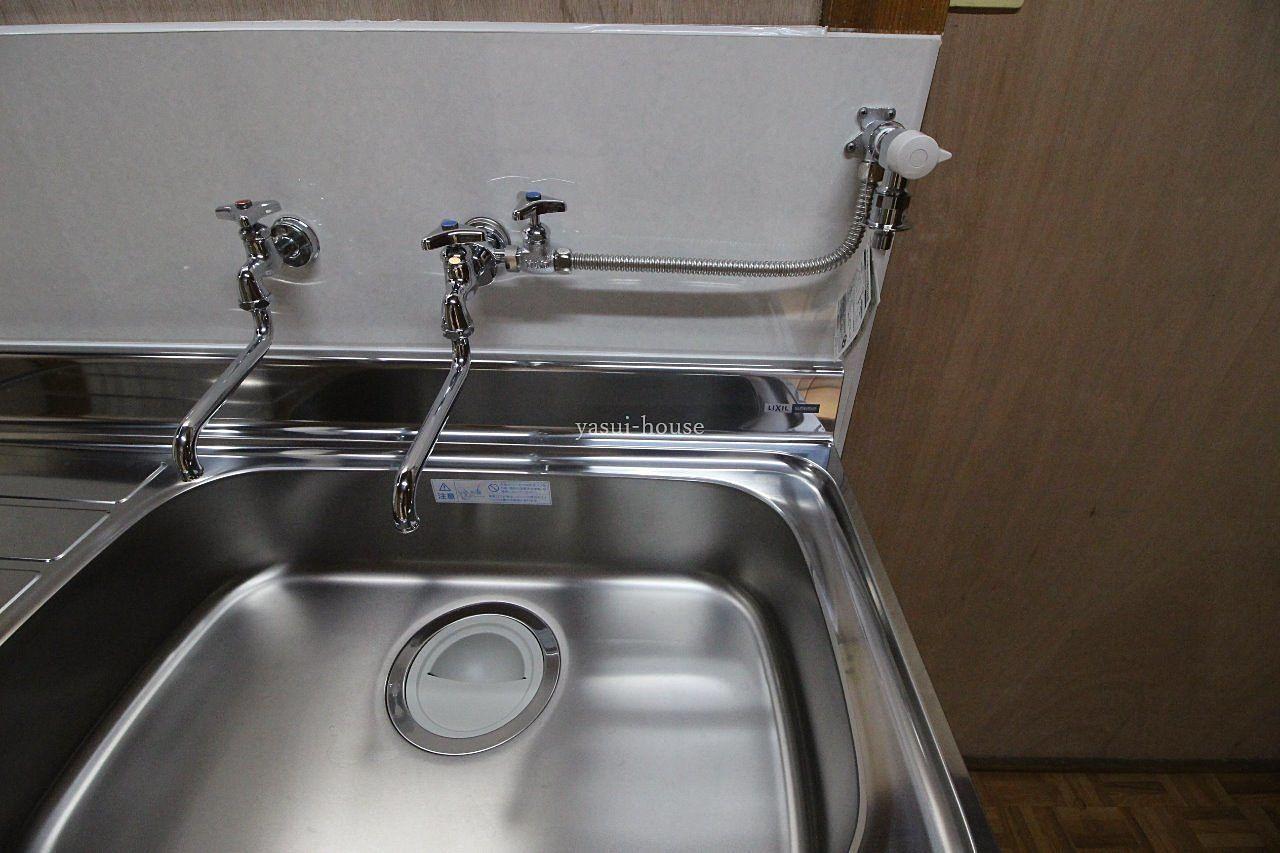 右側の水栓が洗濯機用