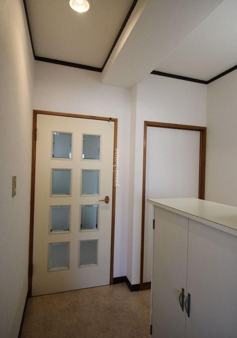 玄関からDK、洋室のドアを見る