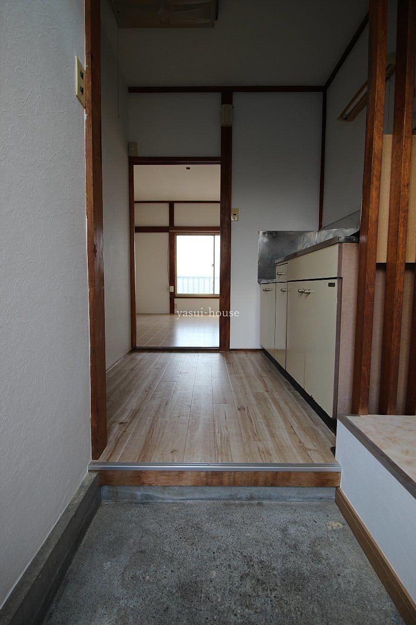玄関から望む。玄関内右側が洗濯機置き場