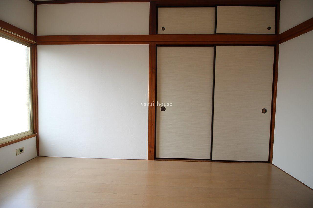 洋室 床と壁だけ変更したので、天袋付押入は以前のまま