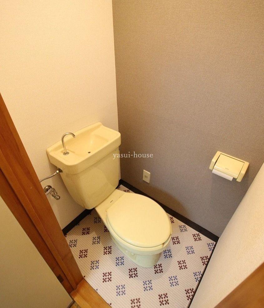トイレ内の器具は全て黄色の「お部屋」